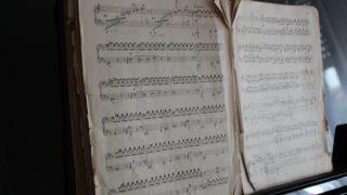 Klavierspielen nach Noten von Klassik bis zu aktuellen Hits